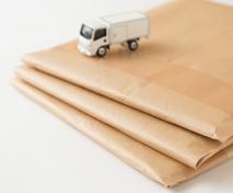 書類を入れた封筒をポストへ投函、郵送する